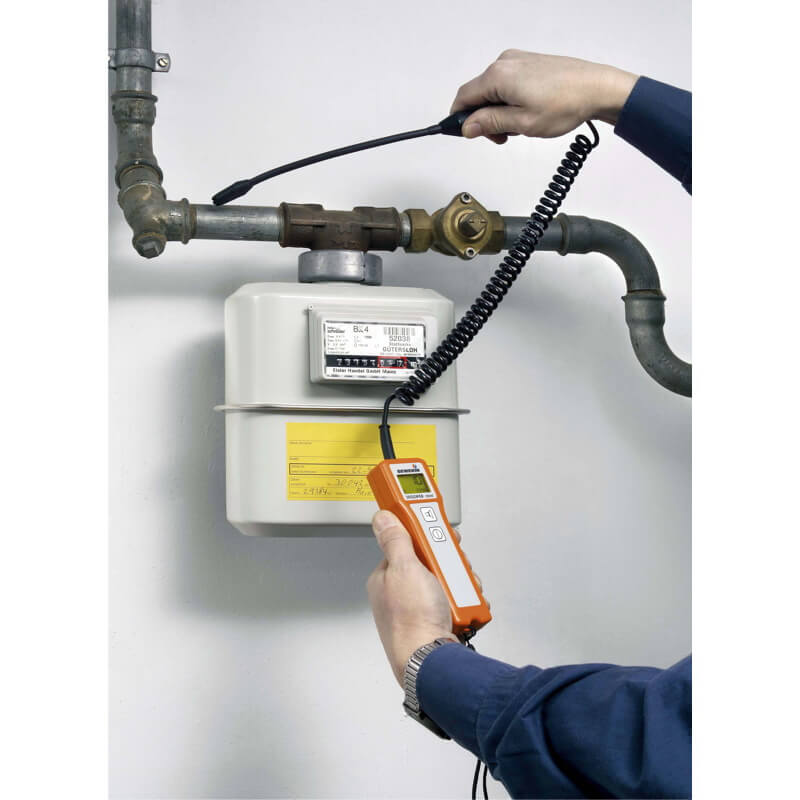 Versatile gas leak detector for easy and efficent operation